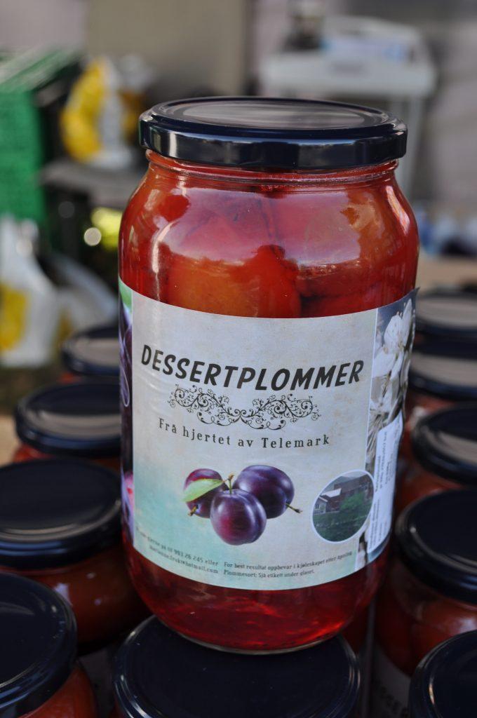 Dessertplommer frå Telemark gjekk unna på standen til Valen frukt.